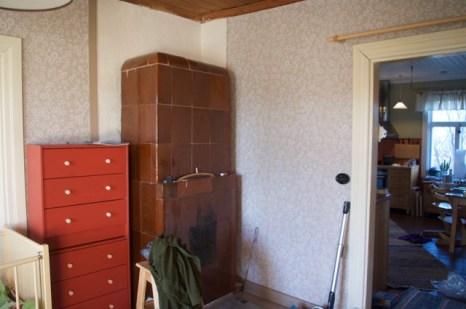 Fertiges Zimmer: Blick zur Küche und auf den reparierten Kachelofen.