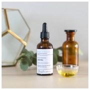 L'huile de jojoba hydrate et apaise les peaux sèches et régule le sébum des peaux mixtes à grasses. C'est une huile douce qui pénètre en profondeur