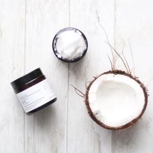 L'huile de coco bio, multifonction: démaquillage, soin du visage, bain d'huile pour les cheveux, dentifrice avec son action blanchissante... Disponible sur Marguette.com