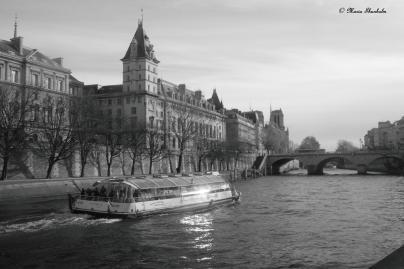 Quai d'Orfèvres vu de la promenade René Capitant, une navette qui passe devant le commissariat, qui sera fermé en 2014, un commissaire que je connais me le disait... Paris, dimanche 25 novembre 2012