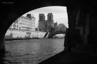 Pour le thème voyage - liquide une vue sur la Seine avec Notre Dame de Paris au fond devrait être une bonne contribution. J'étais au-dessous du pont du RER Saint-Michel, Quai d'Orfèvres sur ma gauche. Dimanche 25 novembre 2012.