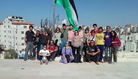 La brigada en el memorial del poeta nacional palestino Mahmud Darwish, en Ramala.