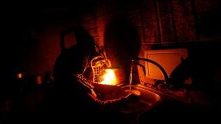 La vida doméstica sin electricidad impone una carga adicional sobre las mujeres...