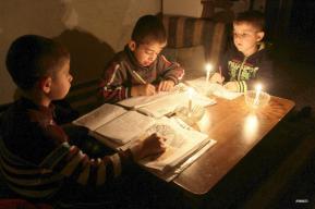 Niñas y niños haciendo la tarea escolar