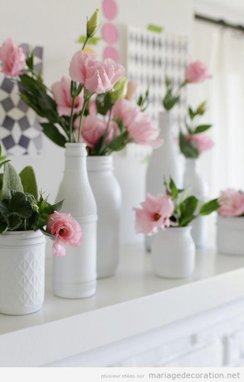 Vases blancs et fleures roses un centre de table simple et jolie d coration mariage id es Centre table mariage plage idees