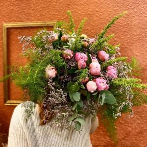 L'Artisan Fleuriste Perpignan, bouquet de fleurs sèches, bouquet de fleurs, fleuriste Perpignan, fleurs roses, pivoines roses, mur orange, fleuriste mariage