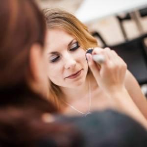 maquilleuse mariage à domicile Montpellier, Make You Art, maquilleuse de mariée, spécialisée peau noire, préparatifs beauté mariée, maquilleuse et mariée, robe de mariée, maquillage domicile Montpellier et alentours