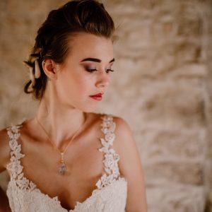 mariée, robe de mariée bretelles dentelles, coiffure de mariée, maquillage de mariée, rouge à lèvres rose, maquillage nude, maquillage simple, chignon mariage chic, collier mariage, maquilleuse Montpellier, maquilleuse Nîmes, maquilleuse Aurore Enjolras Make up