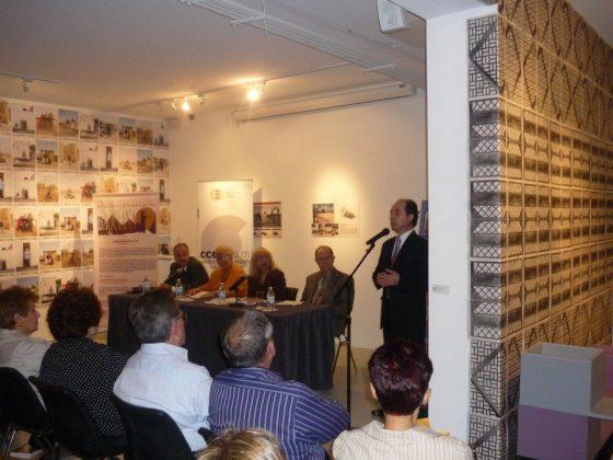 Patricio E. Palacios se dirige al público durante la presentación de la Revista, atentos la junta de editores.