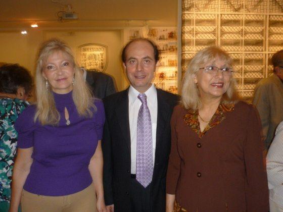La periodista Rosa Townsend junto a los directores de Baquiana