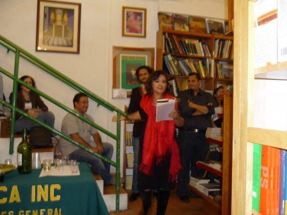 La escritora Ana María Fuster se une al grupo recitando desde unas escaleras