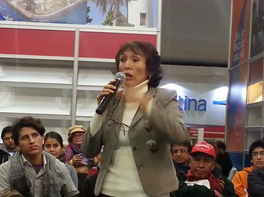 La catedrática de la Universidad Ricardo Palm Debora Zambrano pregunta sobre el tema a Marie Ramos.