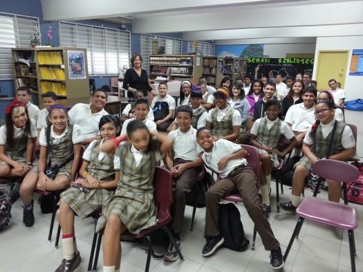 María Juliana Villafañe junto a los estudiantes de la Escuela Martín García Giusti, donde dio una conferencia  como parte de las actividades del Festival de la Palabra.