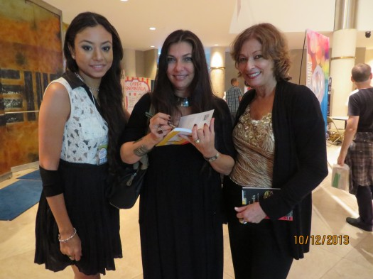 Janette Becerra le otorga autógrafos a sus colegas Karen Sevilla y María Juliana Villafañe.