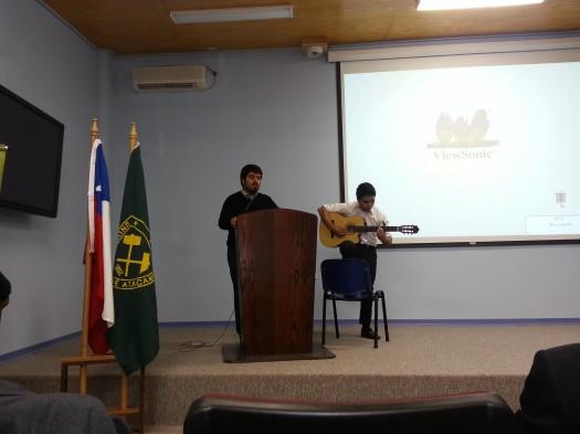 """Estudiantes de la Universidad """"Duo de a Tre"""" amenizan el recital con varias canciones."""