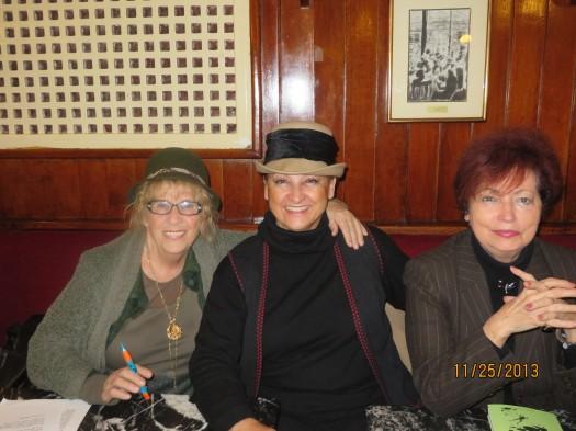 Asunción Valgañón junto a otras escritoras