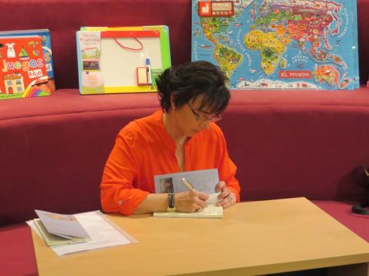 María José Mielgo durante la firma de autógrafos