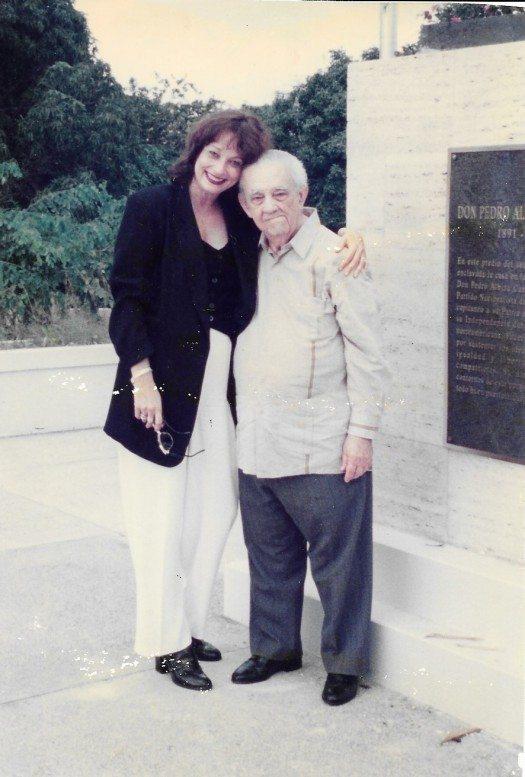 Don Francisco Matos Paoli y María Juliana frente a la tumba de Don Pedro Albizu Campos.
