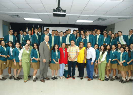 William Navarrete con los estudiantes de la Universidad Interamericana de Guayama