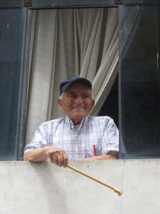 Un ciudadano feliz observaba a todos pasar desde la ventana de su casa. Foto MJV