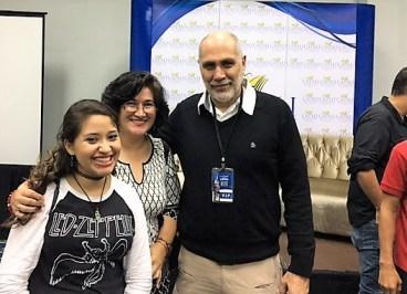 Mesa debate sobre la adaptación del libro al cine . El escritor mexicano Guillermo Arriaga con la escritora Mónica Duran