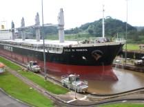 Un barco entra en el Canal por las esclusas de Miraflores en el Pacífico