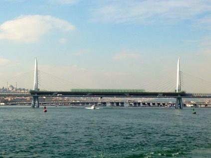 El puente sobre el Bósforo conecta Asia con Europa