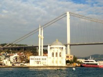 La Mezquita blanca junto al Puente que une Asia y Europa