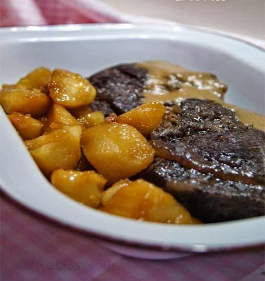 Hoy toca CARRILLADA DE TERNERA EN SALSA. Es un plato sencillo, tradicional, de toda la vida, y que es extraordinario. Os animo a prepararla, y verás que quedaréis genial. Es un plato contundente, así que yo aconsejo no excedernos demasiado a la hora de emplatar.