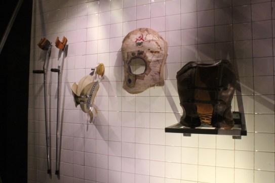 La artista mexicana utilizaba diversos aparatos ortopédicos a raíz de sus problemas de salud.