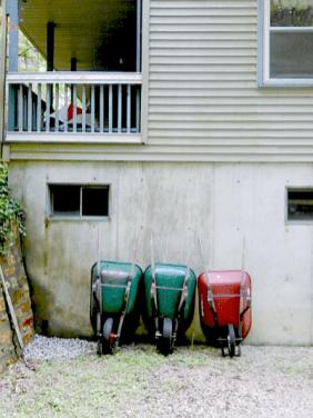 Three wheelbarrers. (Wheelbarrows, to you Nawtheners.)