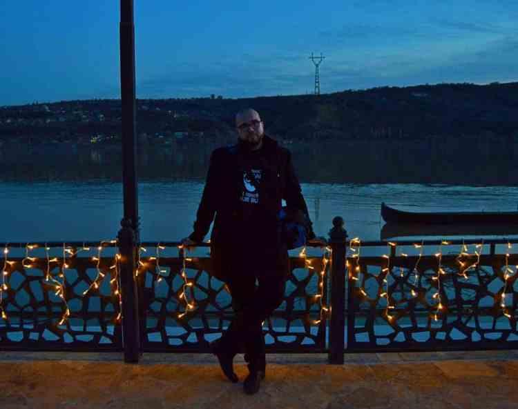 Eu, Marian Buzărnescu, pe malul Dunării, seara (2018, colorized)