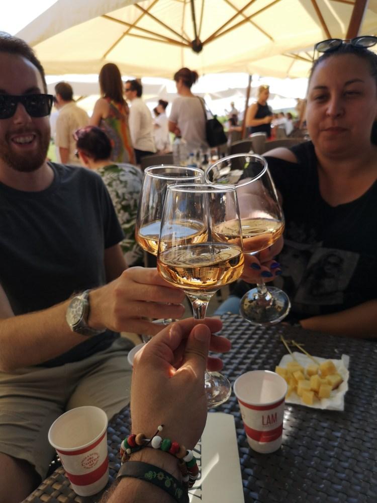 Vinul merge cel mai bine cu o companie buna