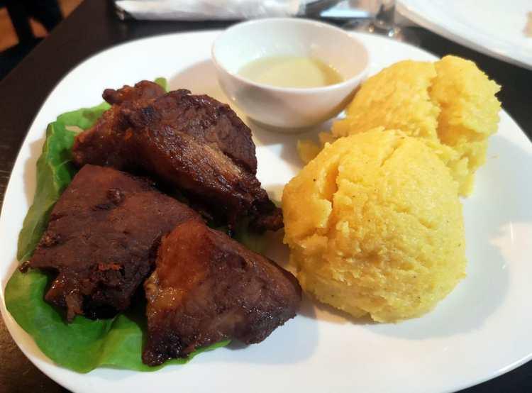 Carne la găleata, cu mămăligă și mujdei
