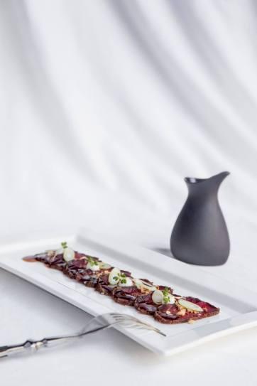 Tataki de bou, avellana torrada, ponzu, maionesa de wasabi
