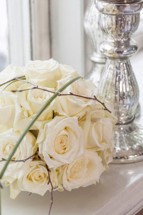Dekoarsjon av hvite roser stukket i oasiskule