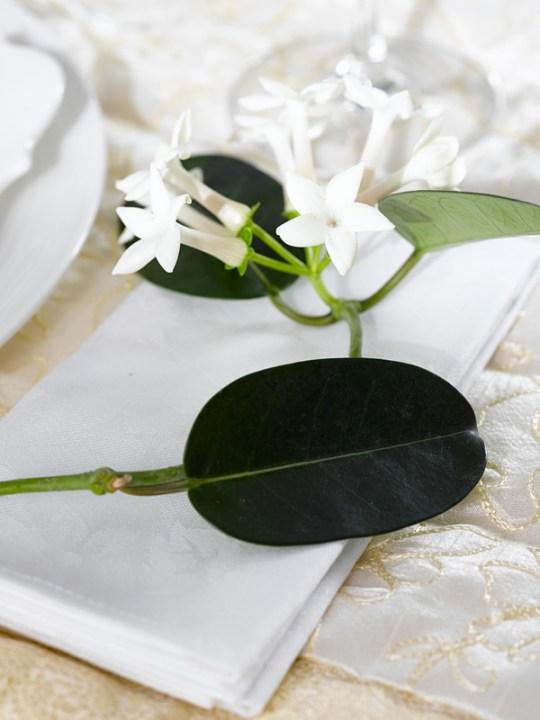 Detalj av Ingeniørfruens festbordet pyntet med duftranke