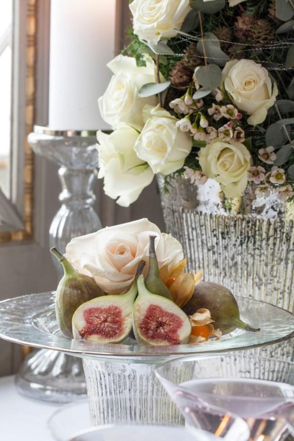 Fat med blomster og frukt til nyttårsbordet