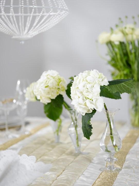 Ingeniørfruen dekker festbord med Hortensia i små vaser