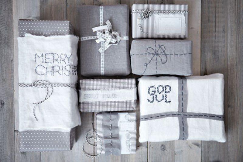 Gaver i grått og hvitt pakket inn med tekstiler