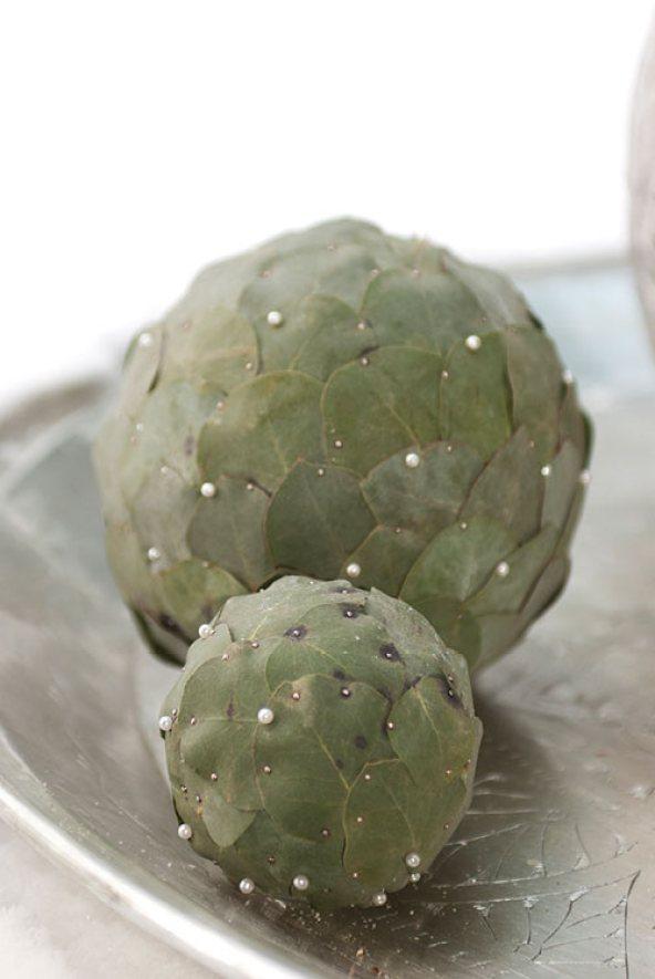 Kuler laget av eucalyptusblader festet med knappenåler