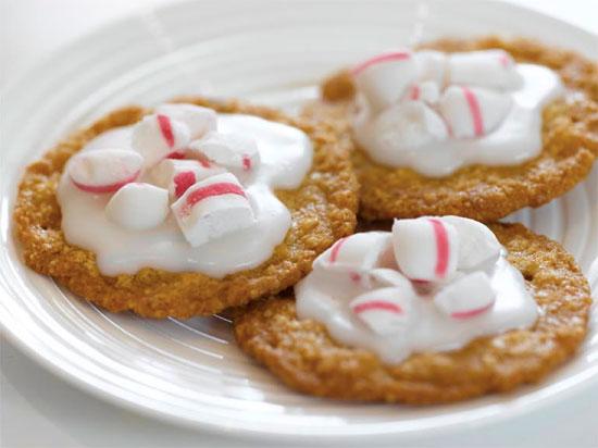 Cookies med melisglasur og polkagriser som pynt