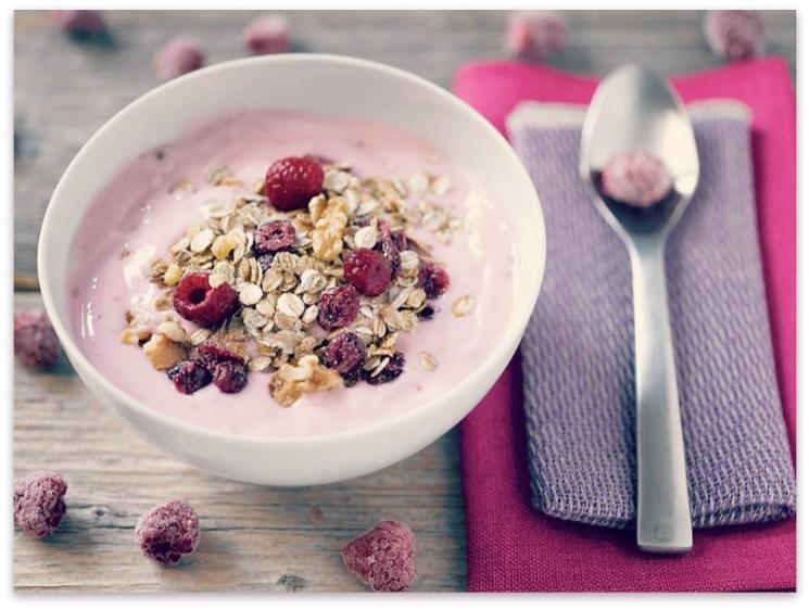 Ingeniørfruens frokostblanding med tranebær, bringebær og yoghurt