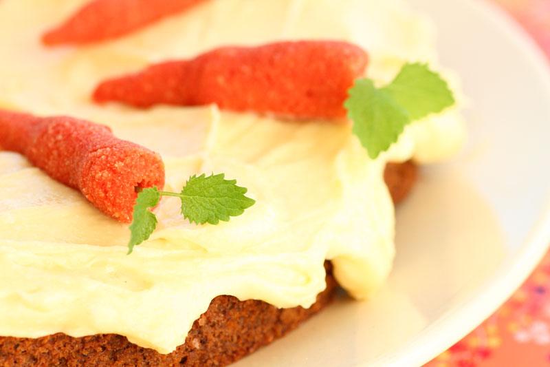 Ingeniørfruens-glutenfri-melkefrie-sukkerfrie-lavkarbo-gulrotkake-med-marsipangulrøtter