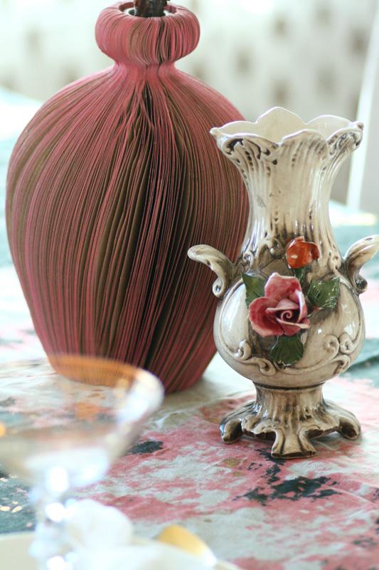 INTERIØRTIPS-Borddekking---bruk-gamle-vaser-som-bordpynt