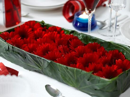 IDEER TIL 17.MAIBORDET - Dekorasjone av rød Gerbera og grønne blader
