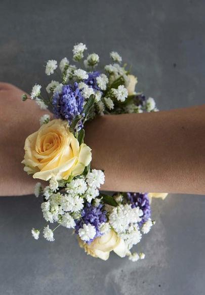 Lag en blomsterkrans av friske blomster til armbånd