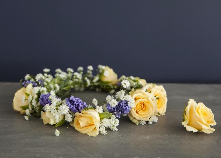 Lag en vakker blomterkrans av friske blomster. Ferdig krans