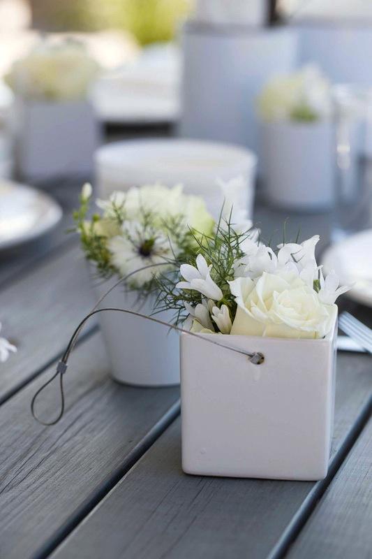 INTERIØRTIPS-Pynt-sommerbordet-med-blomster-og-dekorasjoner