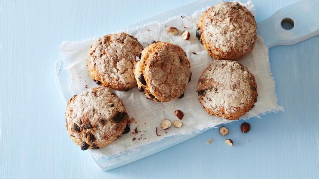 Grove scones med skumma kulturmelk, nøtter og sjokolade